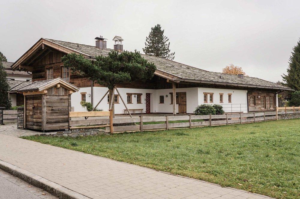 zimmerei-stoib-holzbau-holzhaus-altholz-schindel-dach-landhausvilla-tarditionell-garten-tegernsee-01.jpg