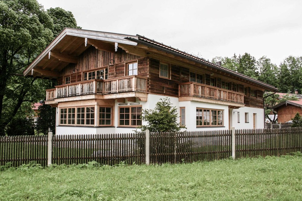 zimmerei-stoib-holzbau-holzhaus-traditionell-balkon-altholz-fassade-tegernsee-fenster-02.jpg