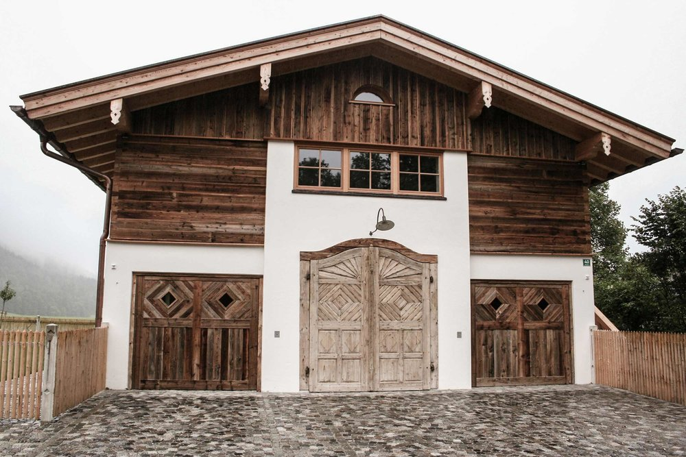 zimmerei-stoib-holzbau-holzhaus-traditionell-balkon-altholz-fassade-tegernsee-fenster-04.jpg