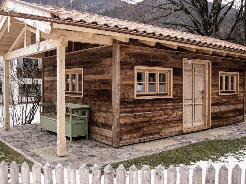 zimmerei-stoib-holzbau-holzhaus-traditionell-balkon-altholz-fassade-tegernsee-fenster-05.jpg