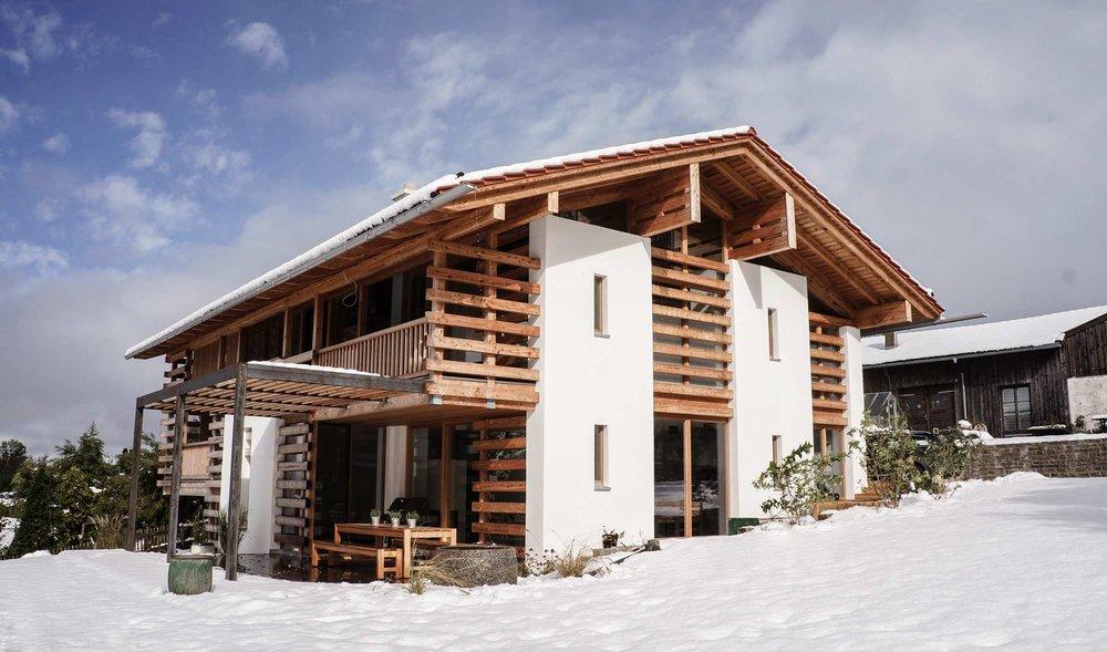 zimmerei-stoib-holzbau-holzhaus-modern-balkon-terrasse-sonnenschutz-01.jpg
