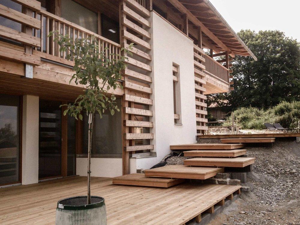 zimmerei-stoib-holzbau-holzhaus-modern-balkon-terrasse-sonnenschutz-02.jpg