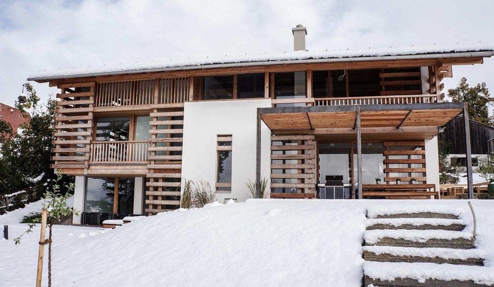 zimmerei-stoib-holzbau-holzhaus-modern-balkon-terrasse-sonnenschutz-08.jpg