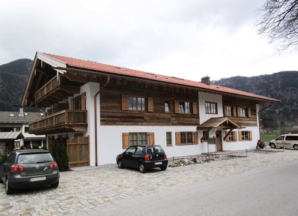 zimmerei-stoib-holzbau-holzhaus-altholz-fassade-blockschalung-merhfamilienhaus-balkon-04.jpg