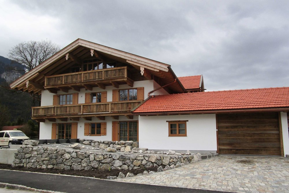 zimmerei-stoib-holzbau-holzhaus-altholz-fassade-blockschalung-merhfamilienhaus-balkon-05.jpg