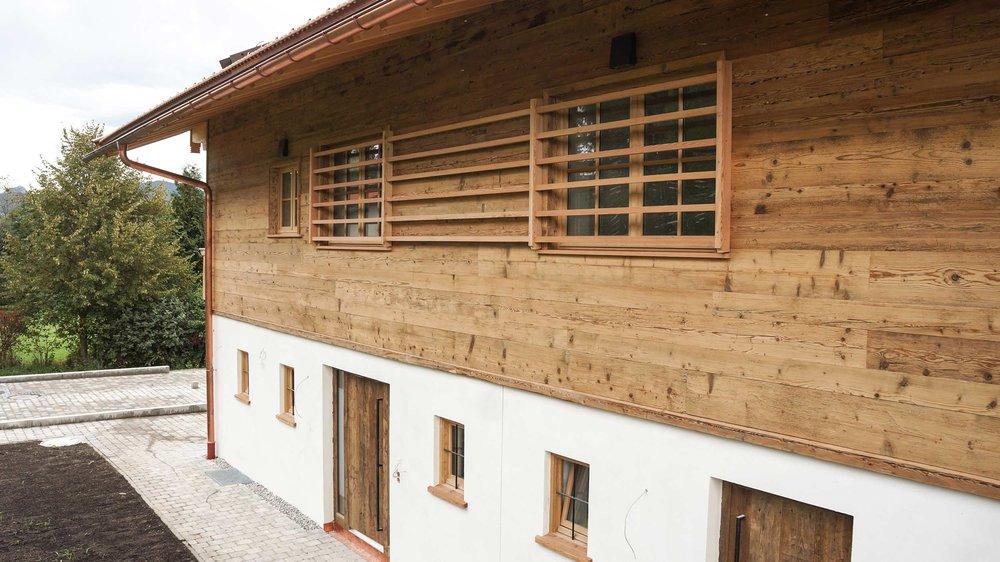 zimmerei-stoib-holzbau-holzhaus-altholz-fassade-blockschalung-balkon-terrassentür-außenschalung-miesbach-garten-03.jpg