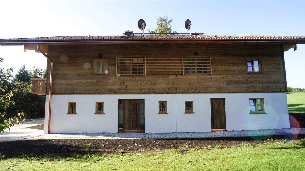 zimmerei-stoib-holzbau-holzhaus-altholz-fassade-blockschalung-balkon-terrassentür-außenschalung-miesbach-garten-05.jpg