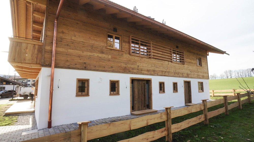 zimmerei-stoib-holzbau-holzhaus-altholz-fassade-blockschalung-balkon-terrassentür-außenschalung-miesbach-garten-16.jpg