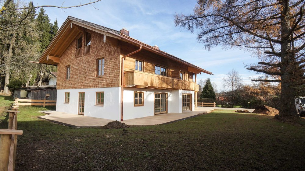 zimmerei-stoib-holzbau-holzhaus-altholz-fassade-blockschalung-balkon-terrassentür-außenschalung-miesbach-garten-14.jpg