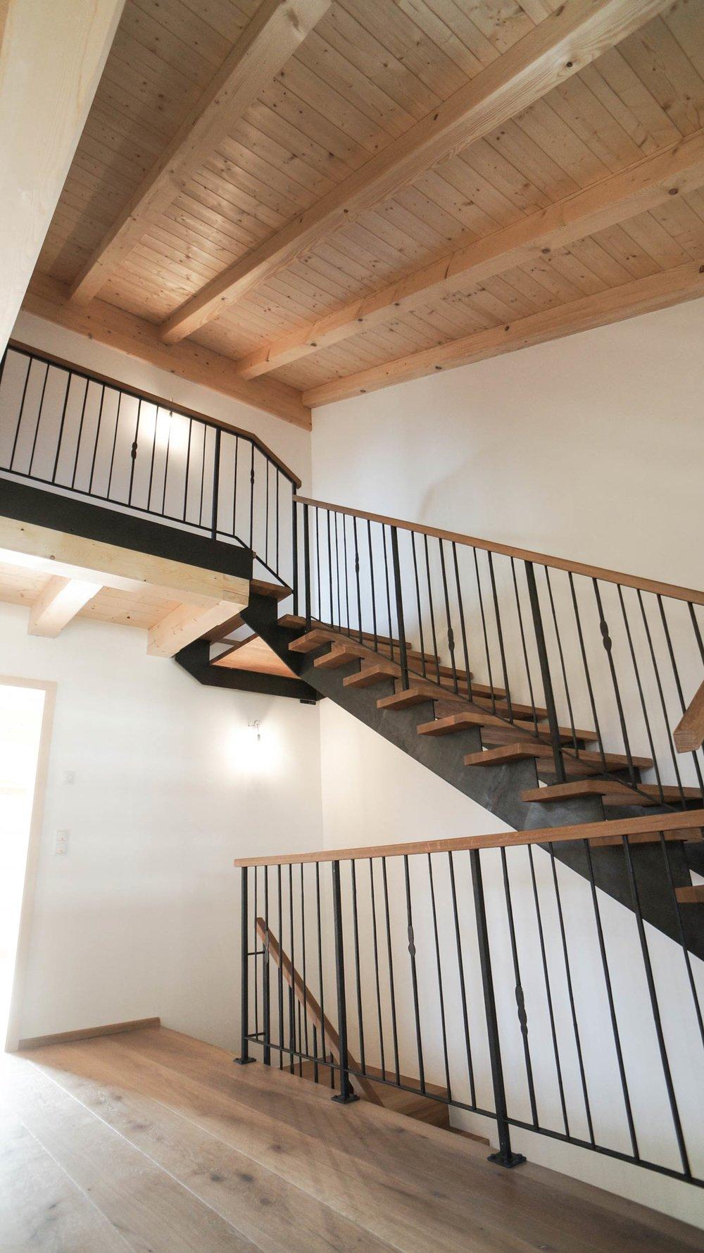 zimmerei-stoib-holzbau-holzhaus-altholz-fassade-blockschalung-balkon-terrassentür-außenschalung-treppe-miesbach-garten-10.jpg