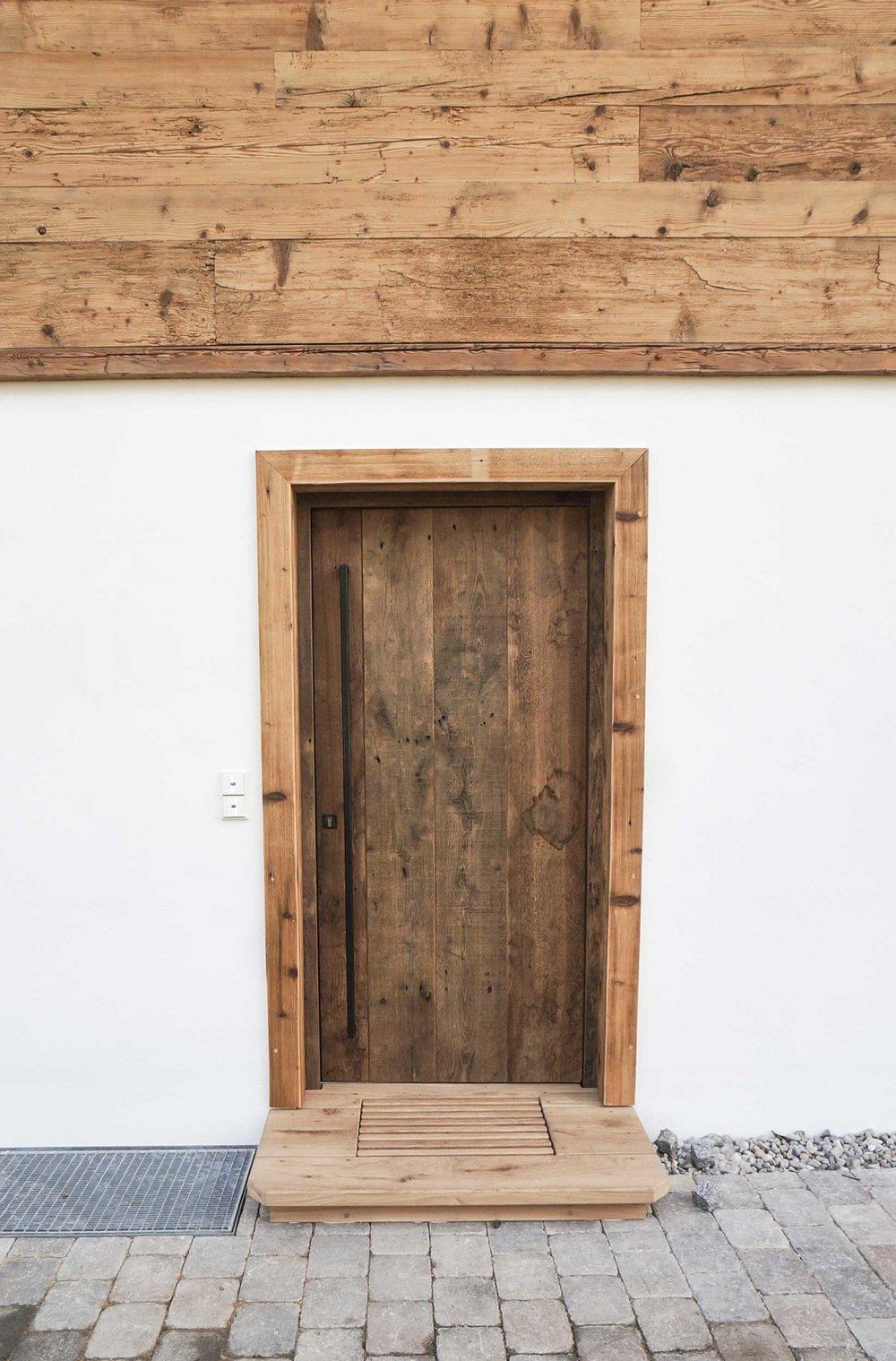 zimmerei-stoib-holzbau-holzhaus-altholz-fassade-blockschalung-balkon-tür-eiche-außenschalung-miesbach-garten-11.jpg