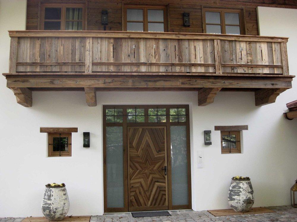 zimmerei-stoib-holzbau-holzhaus-tegernsee-rottach-egern-altholz-schalung-aussenschalung-fassade-balkon-terrasse-pool-wohnhaus-eingangstür-villa-07.jpg