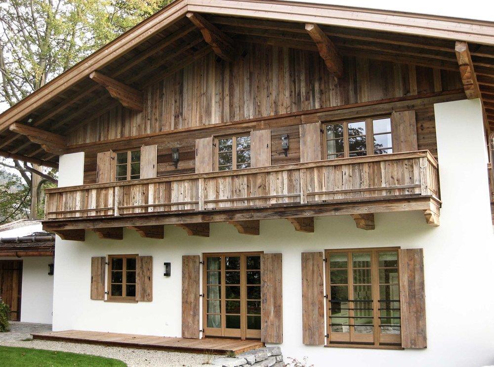 zimmerei-stoib-holzbau-holzhaus-tegernsee-rottach-egern-altholz-schalung-aussenschalung-fassade-balkon-terrasse-pool-wohnhaus-villa-01.jpg