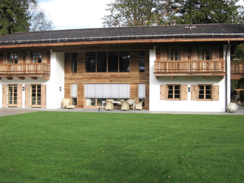 zimmerei-stoib-holzbau-holzhaus-tegernsee-rottach-egern-altholz-schalung-aussenschalung-fassade-balkon-terrasse-pool-wohnhaus-villa-03.jpg