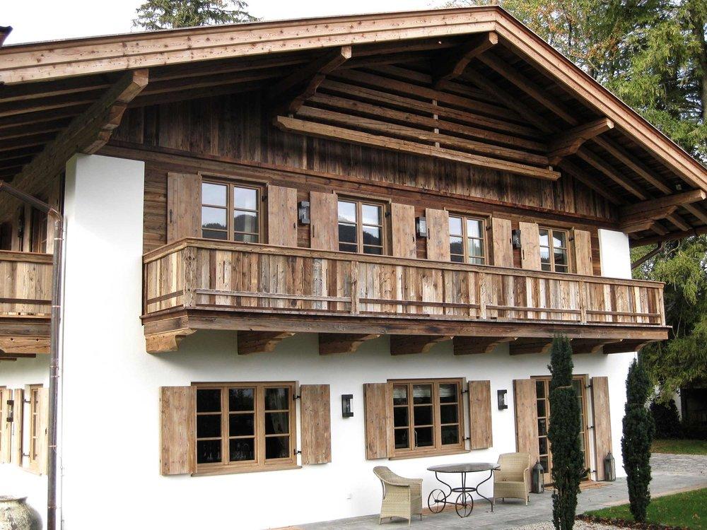 zimmerei-stoib-holzbau-holzhaus-tegernsee-rottach-egern-altholz-schalung-aussenschalung-fassade-balkon-terrasse-pool-wohnhaus-villa-04.jpg