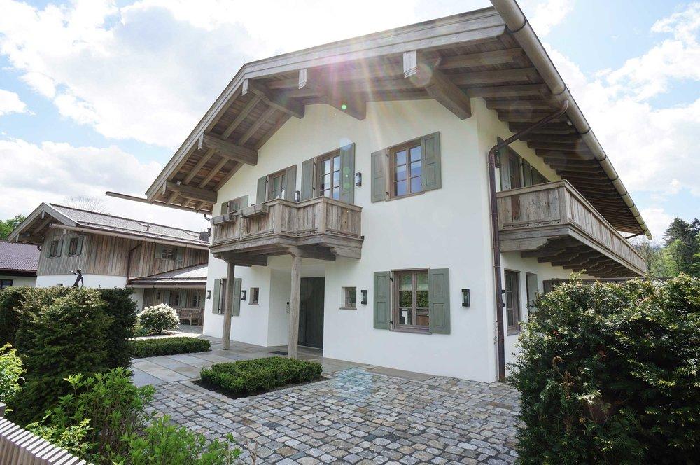 zimmerei-stoib-holzbau-holzhaus-tegernsee-altholz-grau-schalung-aussenschalung-fassade-balkon-terrasse-villa-01.jpg