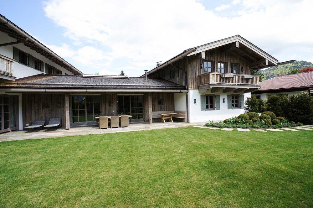zimmerei-stoib-holzbau-holzhaus-tegernsee-altholz-grau-schalung-aussenschalung-fassade-balkon-terrasse-wohnhaus-villa-03.jpg