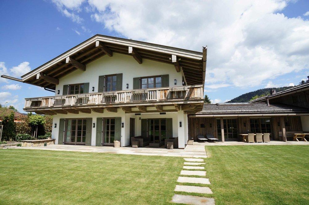 zimmerei-stoib-holzbau-holzhaus-tegernsee-altholz-grau-schalung-aussenschalung-fassade-balkon-terrasse-wohnhaus-villa-04.jpg