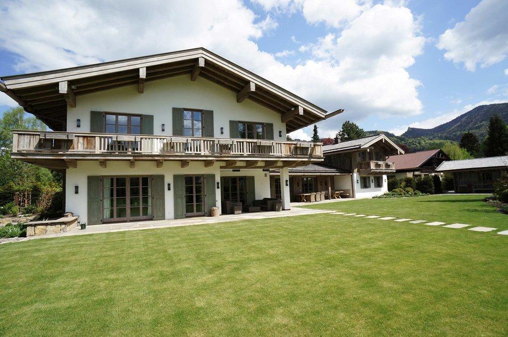 zimmerei-stoib-holzbau-holzhaus-tegernsee-altholz-grau-schalung-aussenschalung-fassade-balkon-terrasse-wohnhaus-villa-05.jpg