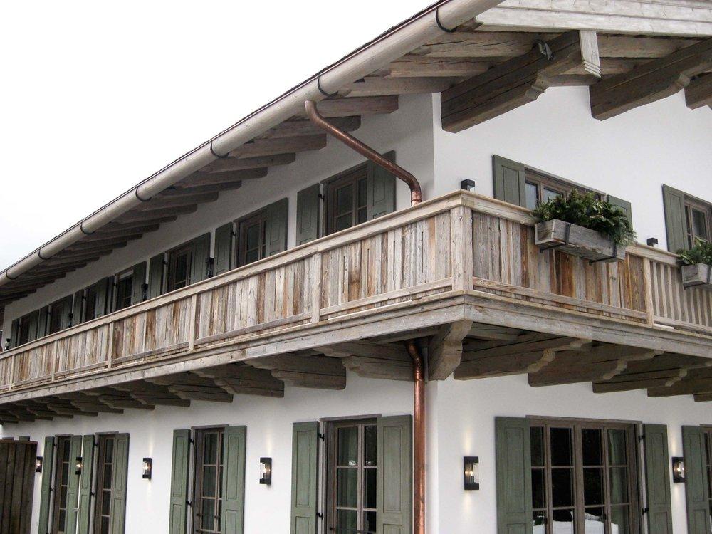 zimmerei-stoib-holzbau-holzhaus-tegernsee-altholz-grau-schalung-aussenschalung-fassade-balkon-terrasse-wohnhaus-villa-09.jpg