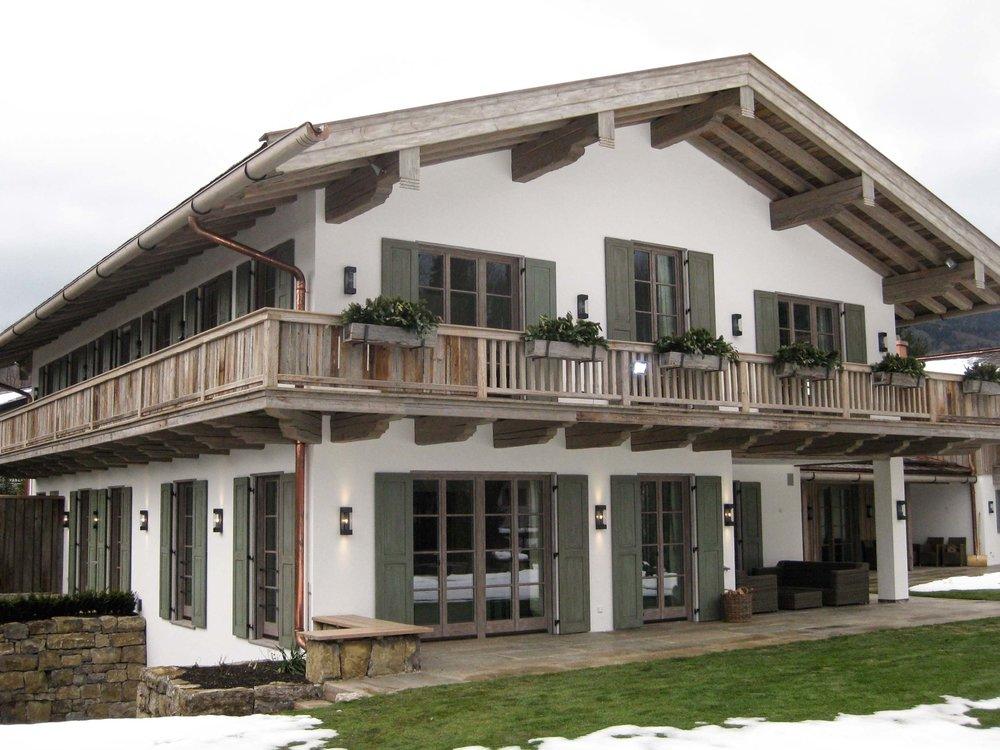 zimmerei-stoib-holzbau-holzhaus-tegernsee-altholz-grau-schalung-aussenschalung-fassade-balkon-terrasse-wohnhaus-villa-10.jpg