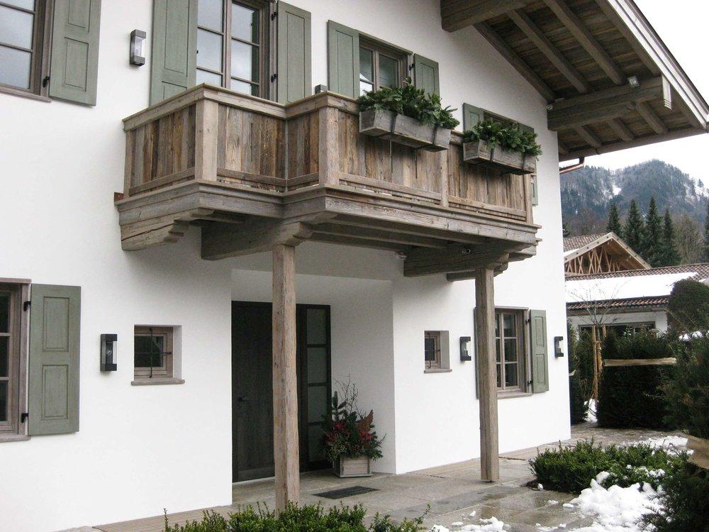 zimmerei-stoib-holzbau-holzhaus-tegernsee-altholz-grau-schalung-aussenschalung-fassade-balkon-terrasse-wohnhaus-villa-11.jpg