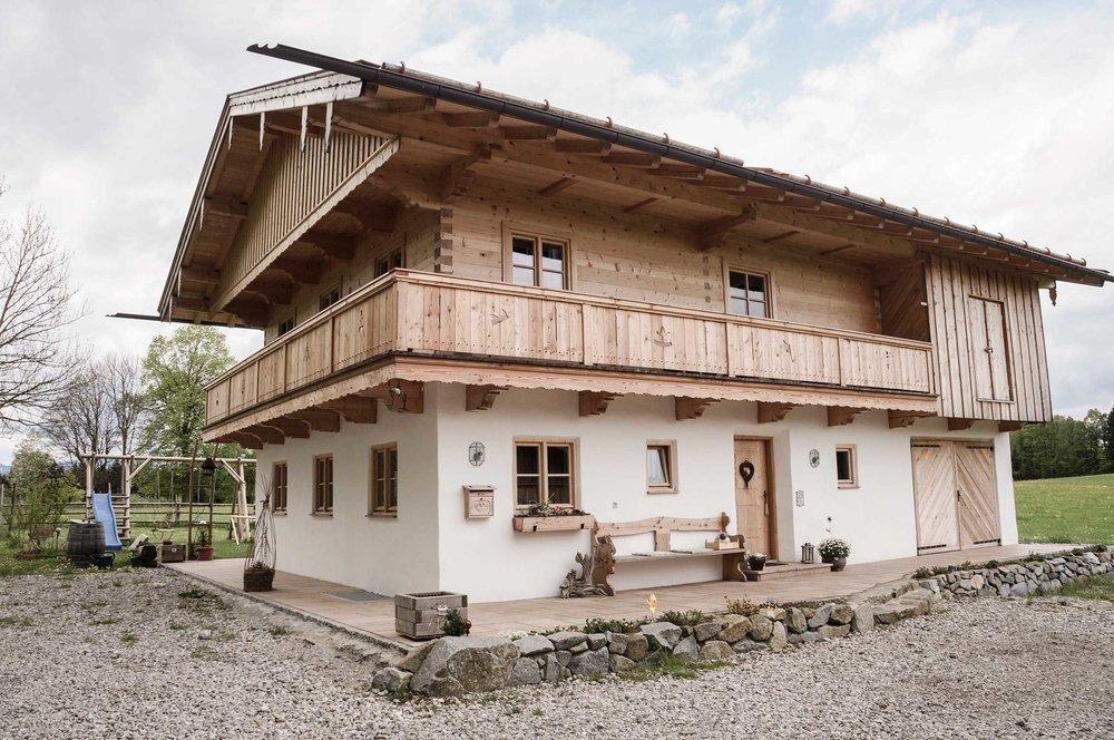 zimmerei-stoib-holzbau-holzhaus-blockhaus-blockbau-holz-traditionell-oberbayern-balkon-01.jpg