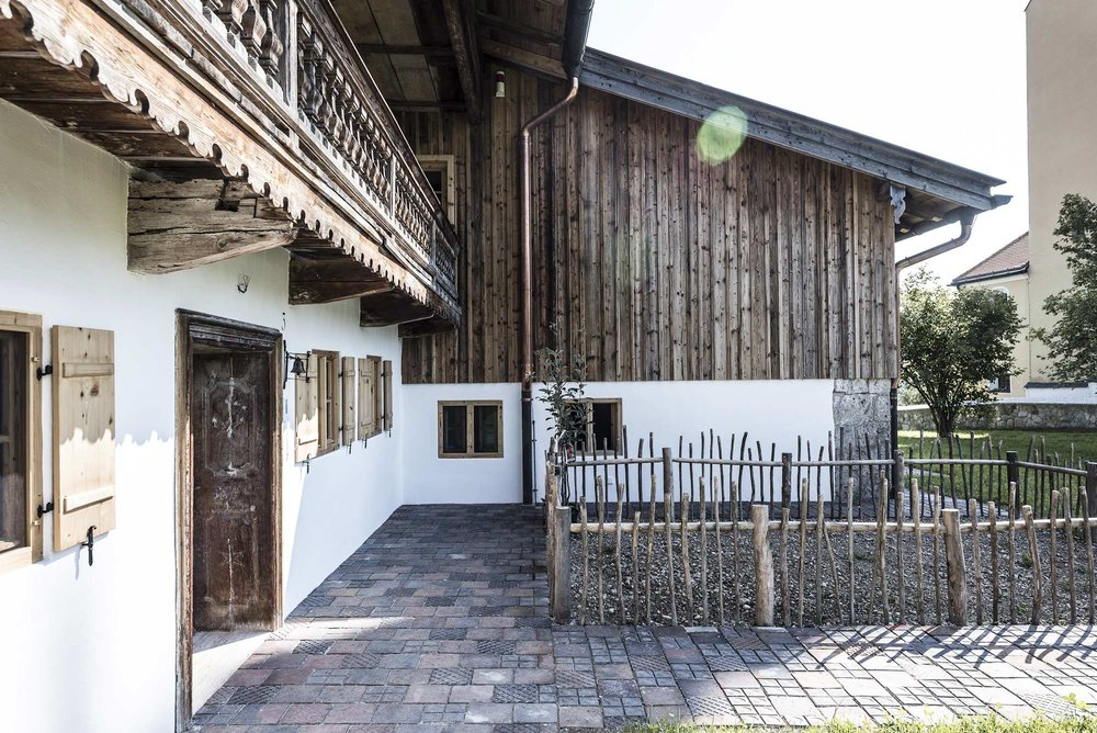 zimmerei-stoib-holzbau-sanierung-hof-umbau-altholz-innenausbau-festsaal-03.jpg