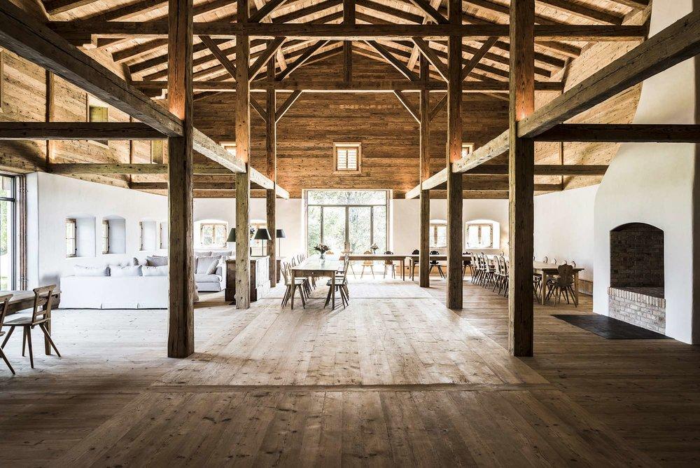 zimmerei-stoib-holzbau-sanierung-hof-umbau-altholz-innenausbau-festsaal-04.jpg