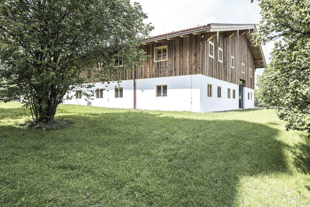 zimmerei-stoib-holzbau-sanierung-hof-umbau-altholz-innenausbau-festsaal-21.jpg