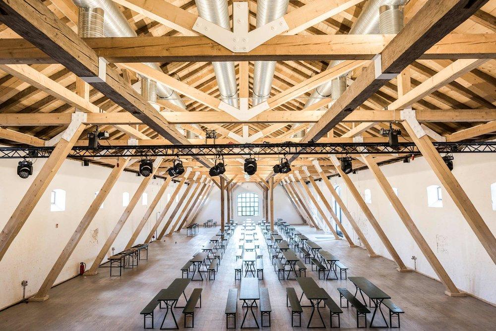 zimmerei-stoib-holzbau-holzhaus-gut-kaltenbrunn-tegernsee-festsaal-restaurant-sanierung-binderkonstruktion-käfer-rinderstall-01.jpg