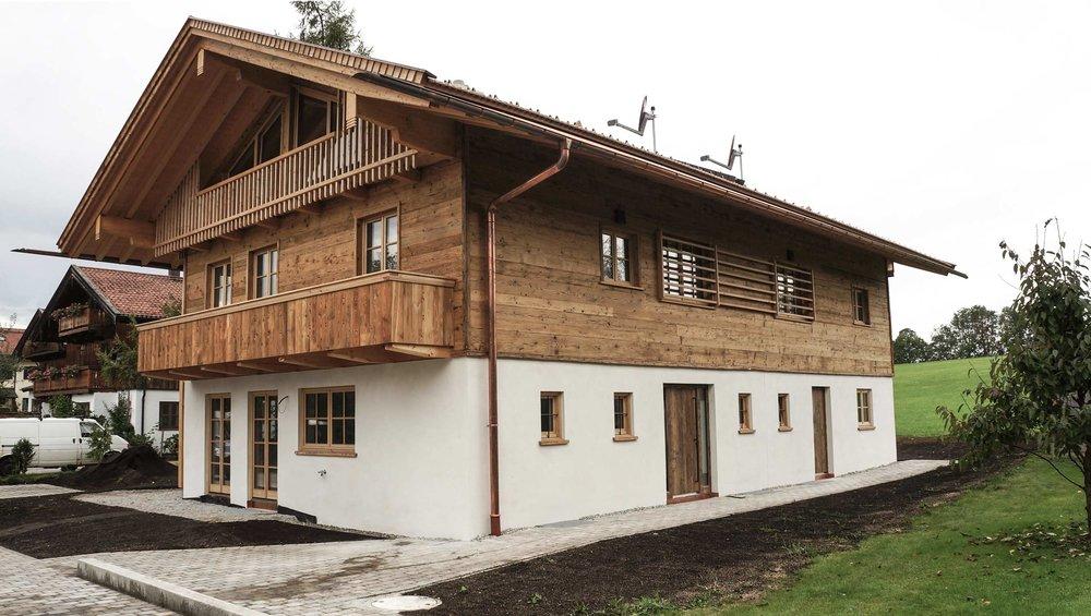 zimmerei-stoib-holzbau-holzhaus-altholz-fassade-blockschalung-balkon-terrassentür-außenschalung-miesbach-garten-02.jpg