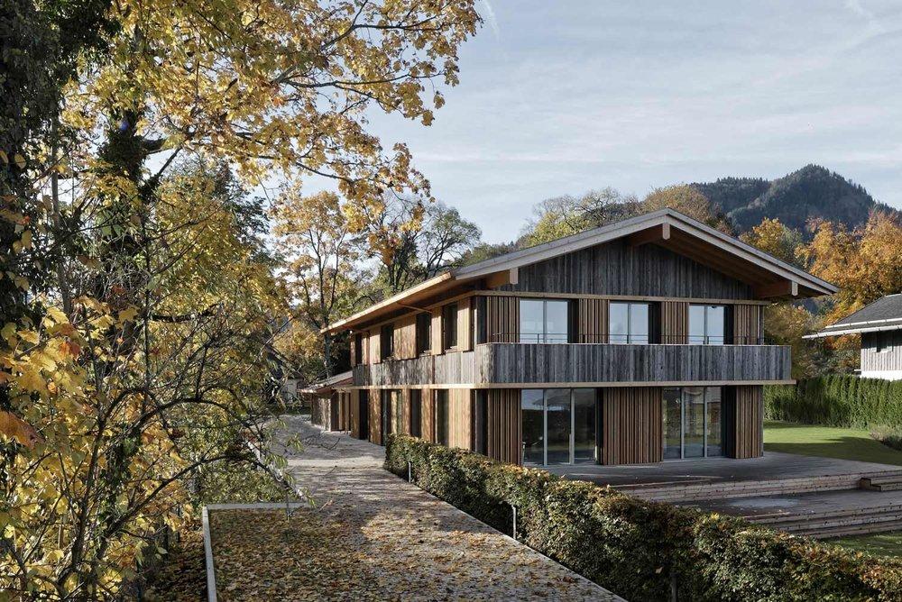Massivholzbau - Eine sehr hochwertige und ökologische Methode ein Holzhaus zu bauen ist der Massivholzbau. Hier unterscheiden wir zwischen Stehender Blockwand und Brettsperrholzkonstruktion.