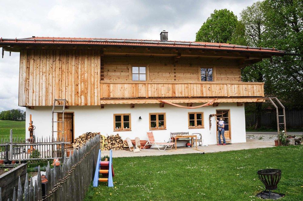 zimmerei-stoib-holzbau-holzhaus-blockhaus-blockbau-holz-traditionell-oberbayern-balkon-03.jpg