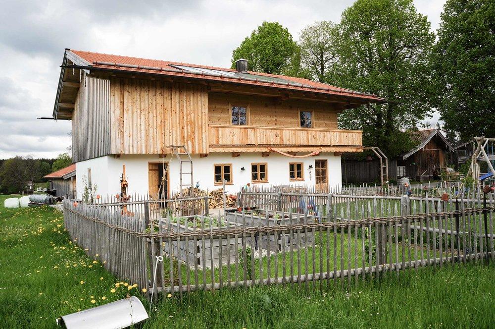 zimmerei-stoib-holzbau-holzhaus-blockhaus-blockbau-holz-traditionell-oberbayern-balkon-05.jpg
