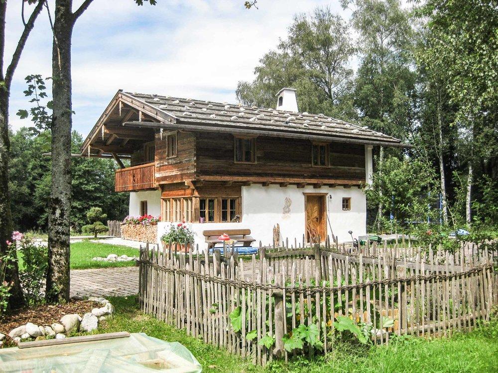 zimmerei-stoib-holzbau-holzhaus-blockhaus-altholz-teich-balkon-schindel-dach-fassade-terrasse-17.jpg