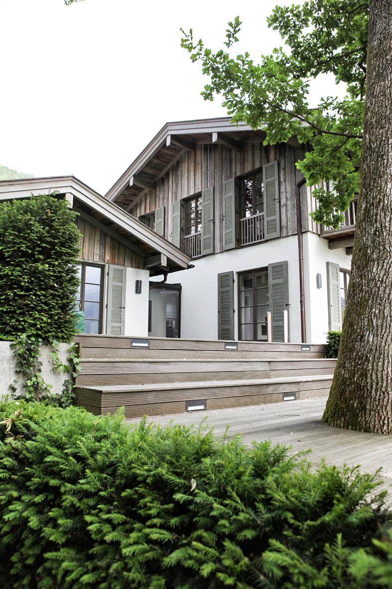 zimmerei-stoib-holzbau-tegernsee-altholz-grau-fensterläden-traditionell-garten-villa-02.jpg