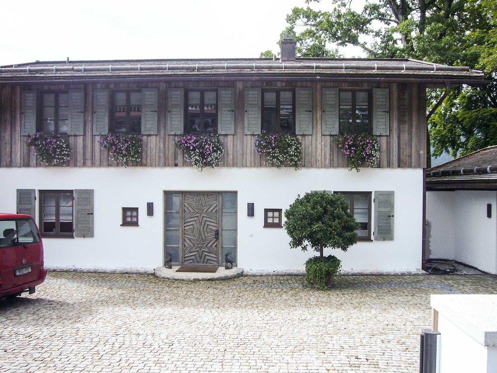 zimmerei-stoib-holzbau-tegernsee-altholz-grau-fensterläden-traditionell-garten-villa-01.jpg