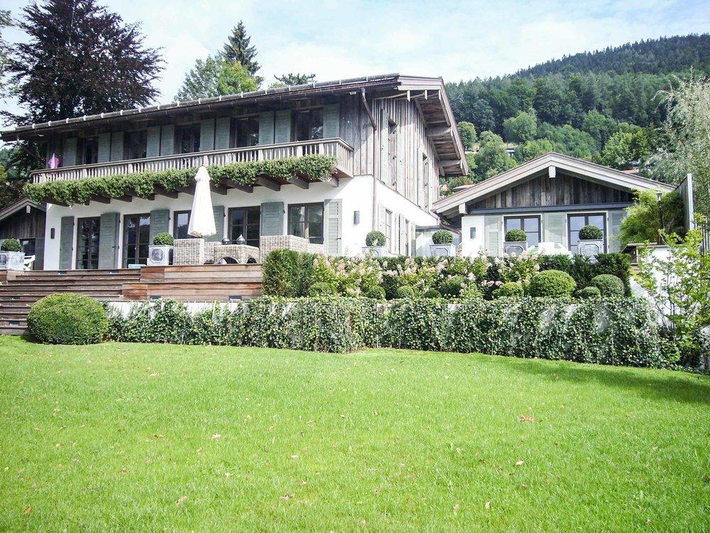 zimmerei-stoib-holzbau-tegernsee-altholz-grau-fensterläden-traditionell-garten-villa-03.jpg