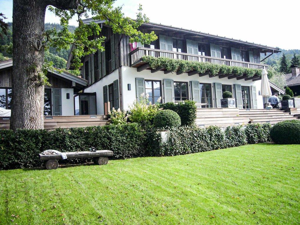 zimmerei-stoib-holzbau-tegernsee-altholz-grau-fensterläden-traditionell-garten-villa-04.jpg