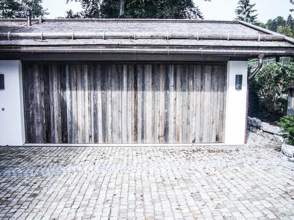 zimmerei-stoib-holzbau-tegernsee-altholz-grau-fensterläden-traditionell-garten-villa-07.jpg
