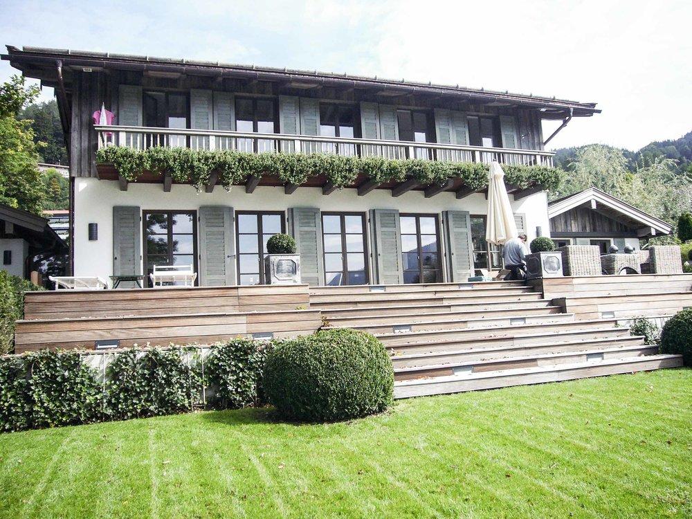zimmerei-stoib-holzbau-tegernsee-altholz-grau-fensterläden-traditionell-garten-villa-05.jpg