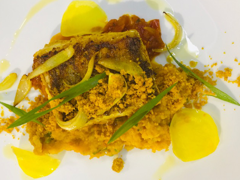 Green tee - Filet de Perroquet mariné au Curcuma mère et zeste de Tangor accompagné d'un écrasé de patate douce au crumble de curcuma et de sa sauce carry