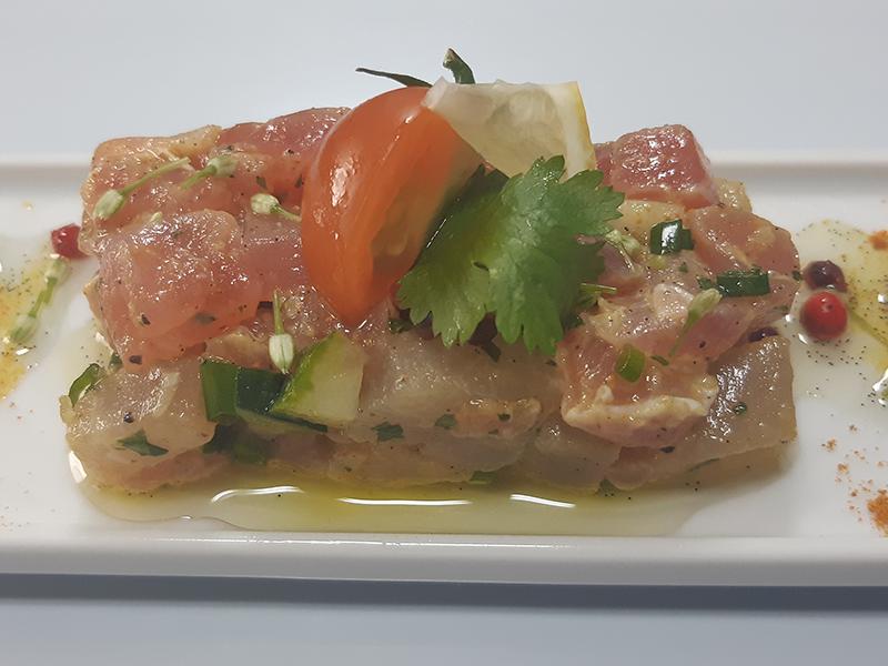 Servair - Tartare de Thon et Gravelax de marlin au curcuma, huile de vanille aux baies roses