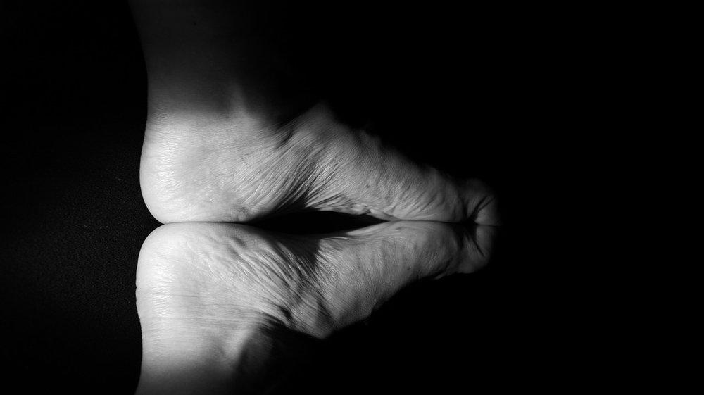 Shadows-Black-And-White-Kiss-Feet-Kissing-Toes-1164778.jpg