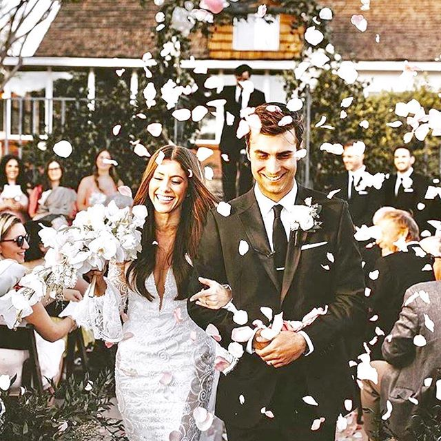 Flower petals are perfect for your summer wedding 🌸💫 . 📸 :  @mattlien 🌷 :  @azflowerbar