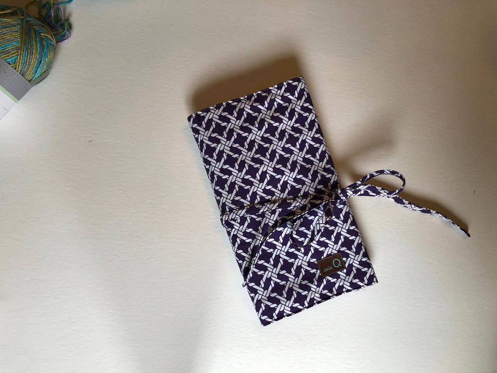 Della Q knitting needle case