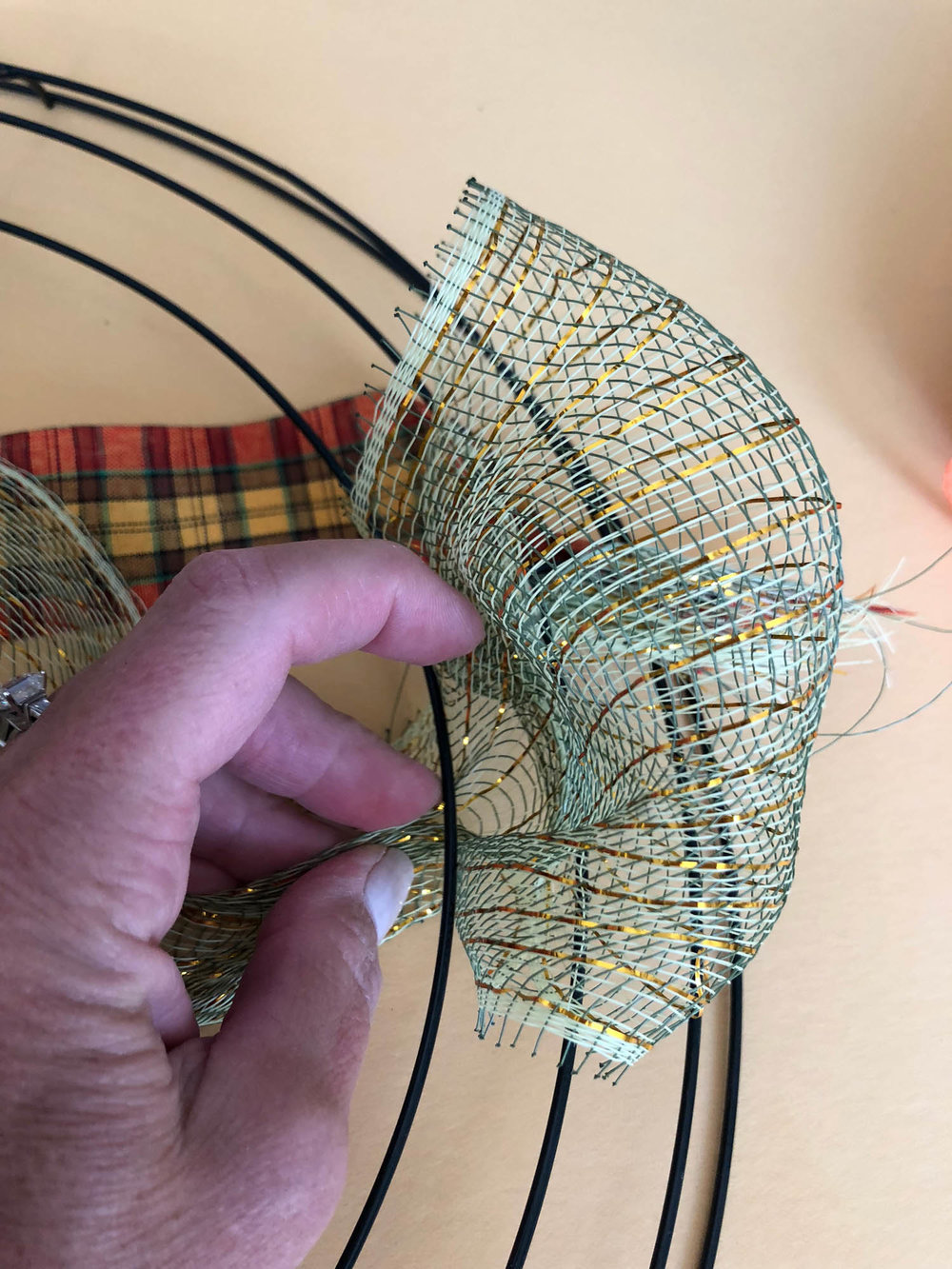 making a wired ribbon loop for the wreath