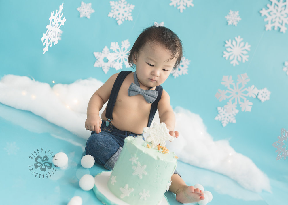 Toronto-North-York-baby-birthday-cake-smash-winter-snowflake-theme-photography (11).jpg