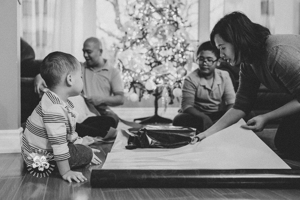 Christmas-tradition-gift-wrapping-Toronto-family-photographer.jpg